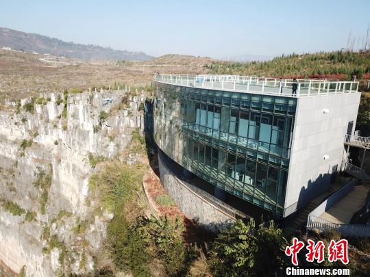 """""""悬浮美术馆""""的外形像一轮新月,外侧全部由玻璃制作。 刘朝富 摄"""