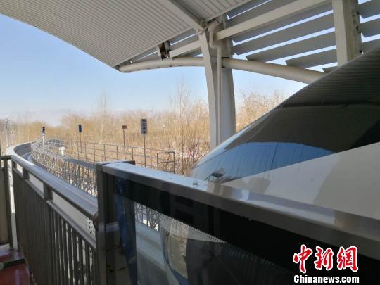 正在等待出发的云轨列车 唐贵江 摄