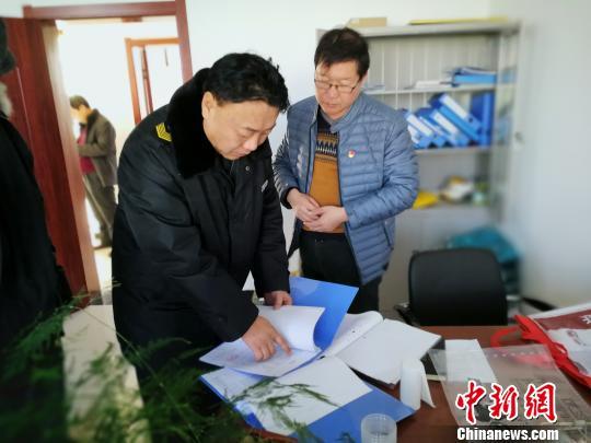 1月9日,河间市食品药品监督管理局执法人员在驴肉加工企业进行检查。 李晓伟 摄