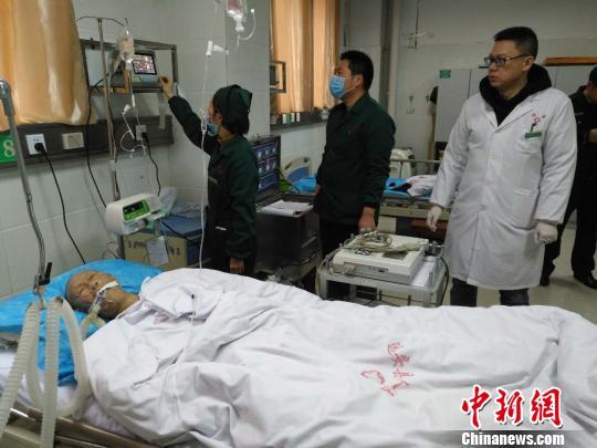 目前老人仍在急救室接受抢救 李开明 摄