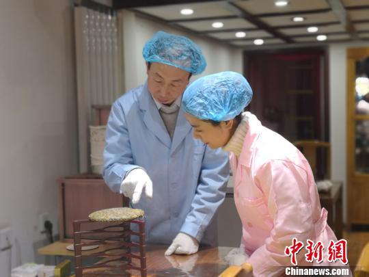 """兰州市民体验自制茶饼 传统文化借""""DIY""""融入生"""