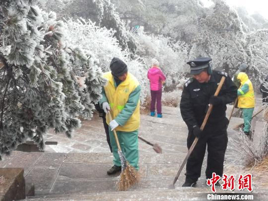黄山风景区工作人员在除雪 黄山风景区提供