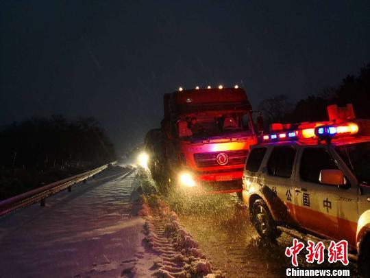 1月28日凌晨,江西九江高速路政采取压速带车方式,疏导杭瑞高速公路九瑞段车流。 黄建 摄