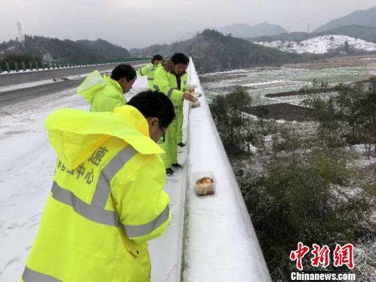 1月28日,江西高速集团南昌西管理中心抗冰除雪养护人员在永武高速连续除雪作业,午饭时间养护员和驾操手在路边吃完盒饭,继续投入工作。 王遐莽 摄