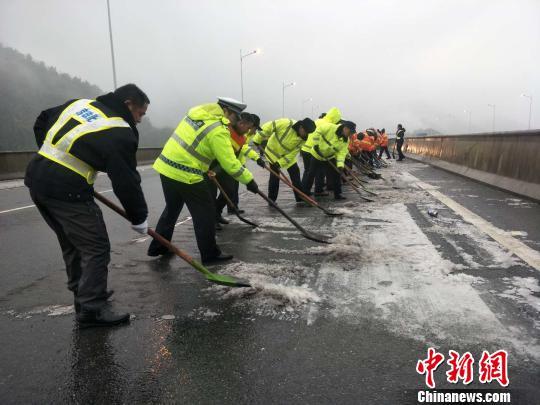 31日14点,乐广北段高速公路在进行人工除冰,同时撒布融雪剂,保证路面畅通 欧阳征朝 摄