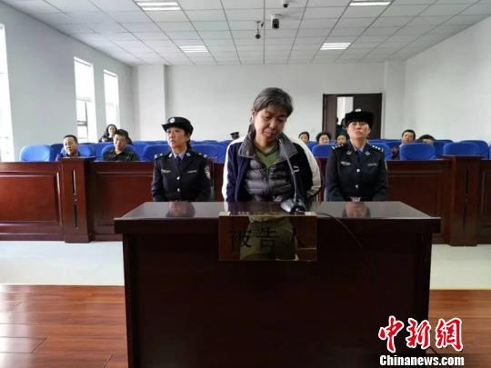 图为庭审中的陶淑菊。巴彦淖尔市中院供图