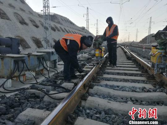 """铁路钢轨探伤工刘辉:诊断钢轨伤损的""""医生"""""""
