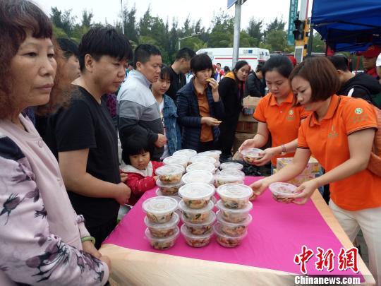 2月22日,海口新海港,海口爱心企业为等待过海的旅客免费提供早餐。 尹海明 摄