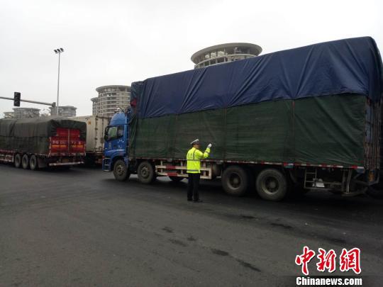 2月23日,海口公安交警在滨海大道上指挥交通。 尹海明 摄