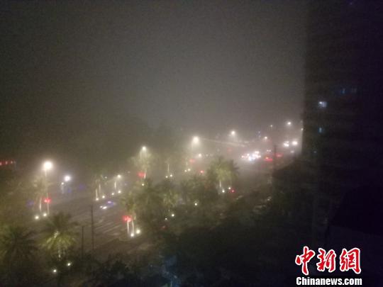 2月24日晚,海口市区大雾弥漫。 尹海明 摄