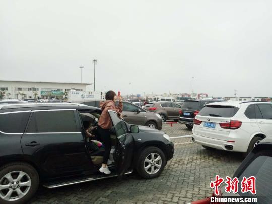 春节期间,受琼州海峡大雾影响,大量车辆旅客滞留海口。 尹海明 摄