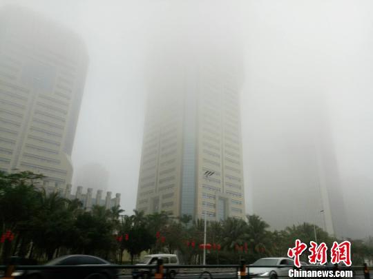 春节假日期间,海口持续大雾不断。 尹海明 摄