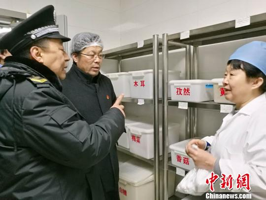 在新学期开学之际,为保障全市中小学、幼儿园的食品安全,北京市食品药品监管局启动为期一个多月的专项检查。 杜燕 摄