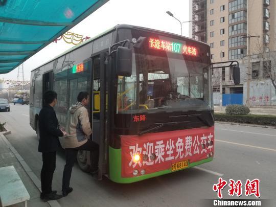 图为市民乘坐免费公交车。 孙振峰 摄