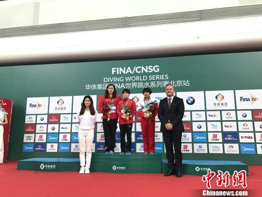 五枚奥运金牌获得者陈若琳以裁判长身份,为运动员颁奖。小将张家齐获得女子十米台冠军。 马元豪 摄