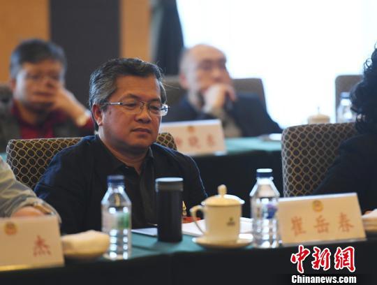29日,吉林省政协委员崔岳春参加政协吉林省第十二届委员会第一次会议分组讨论。 张瑶 摄