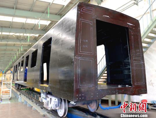 中车长客研制出世界首辆全碳纤维复合材料地铁车体
