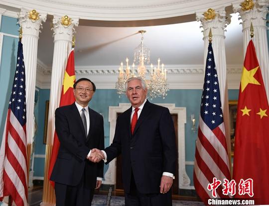当地时间2月8日,中国国务委员杨洁篪(左)在美国国务院会见美国国务卿蒂勒森。中新社记者 邓敏 摄