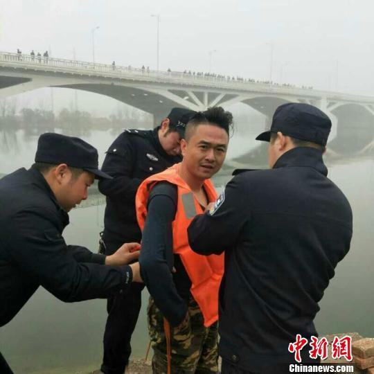 民警帮助张月波穿上救生衣 李开明 摄