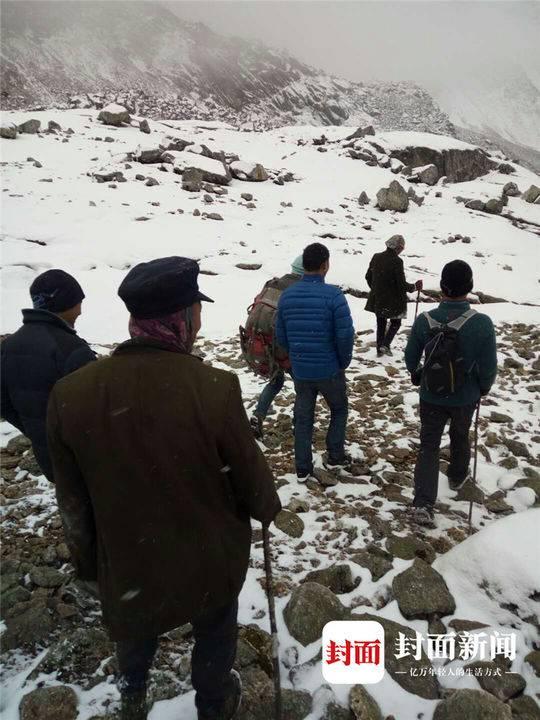 4日早晨6点,景区再次组织大批人手上山搜救,但并未在崖壁上找到受伤女子。
