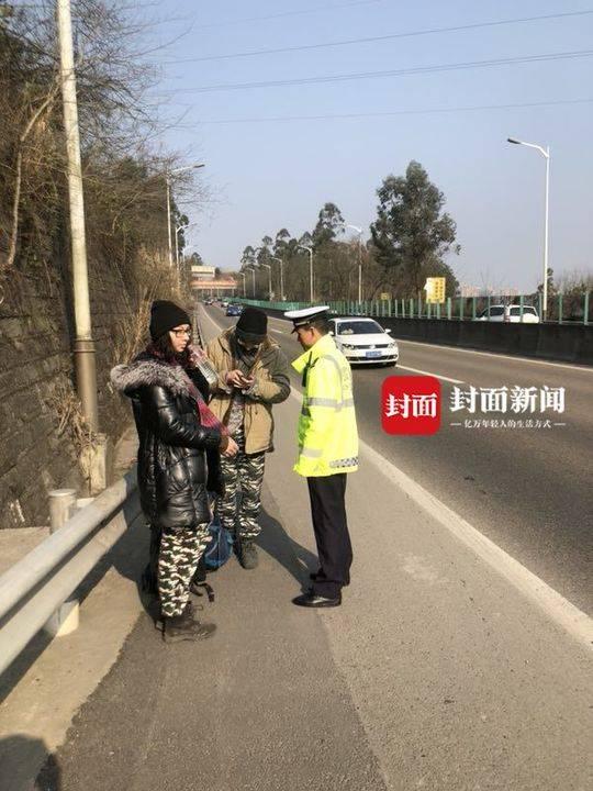 外国游客徒步误上高速