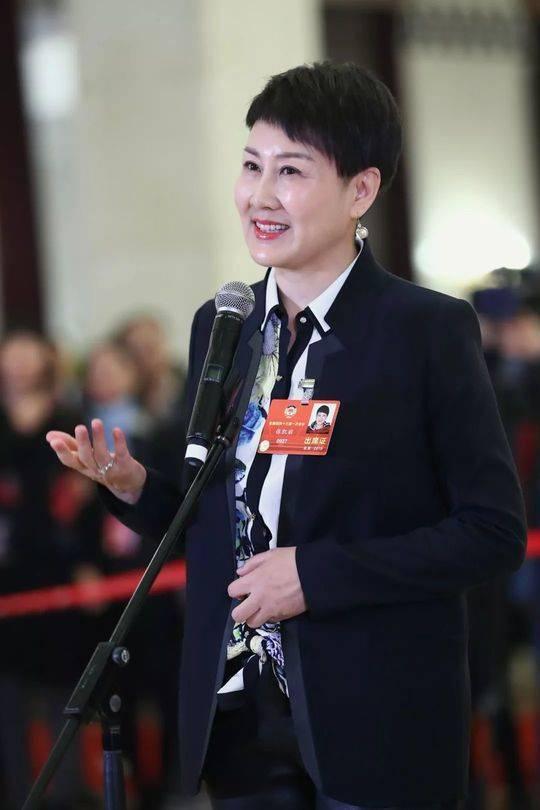 """全国政协委员张凯丽在""""委员通道""""接受采访。新华社记者 张玉薇 摄"""