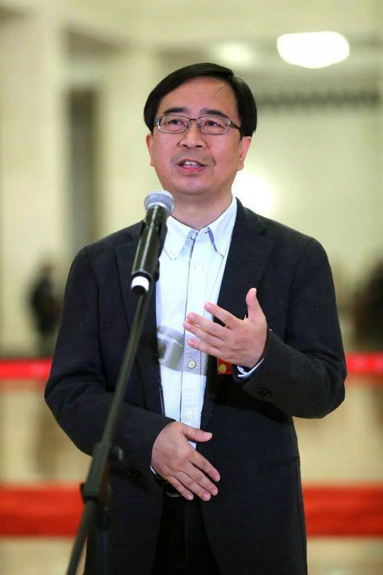 """全国政协委员潘建伟在""""委员通道""""接受采访。新华社记者 张玉薇 摄"""