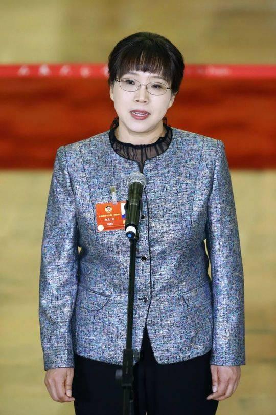 """全国政协委员赵红卫在""""委员通道""""接受采访。新华社记者 沈伯韩 摄"""