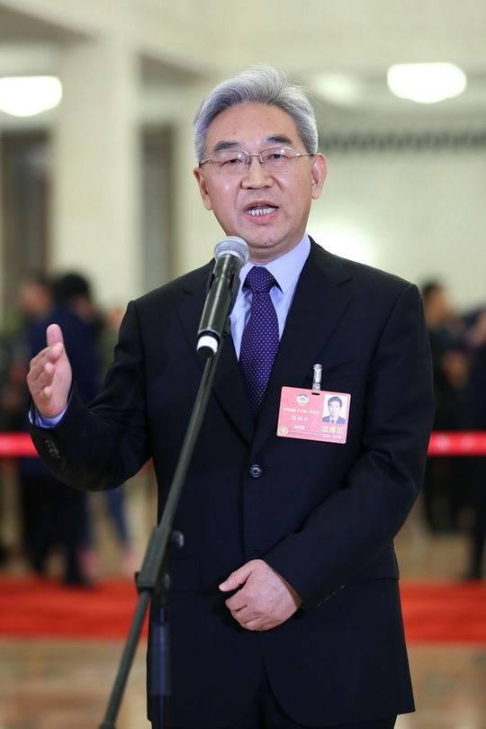 """全国政协委员张桃林在""""委员通道""""接受采访。新华社记者张玉薇摄"""
