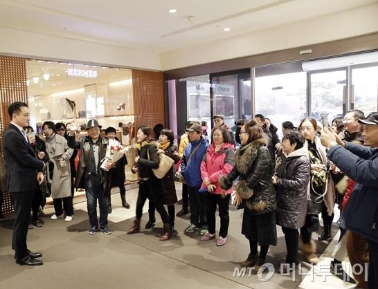 5日,中国游客在新罗免税店受到热烈欢迎