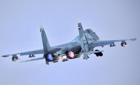 俄战机黑海上空拦截美侦察机 美军:相距