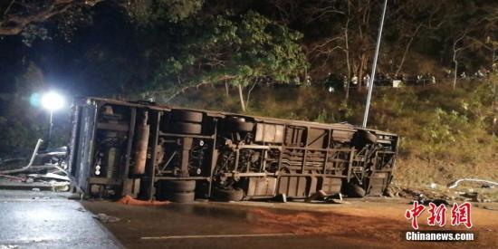 据香港媒体2月10日报道,一辆双层巴士当日在香港新界一条公路上失事侧翻。中新社记者 让宝奎 摄