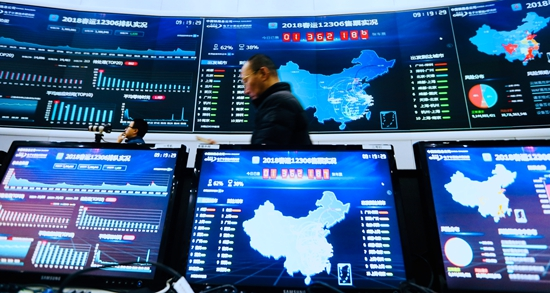 <p>  2月2日,中国铁道科学研究院全路客票系统监控中心,最大的三块屏幕显示着2018春运12306售票实况、分控实况和排队实况。视觉中国供图