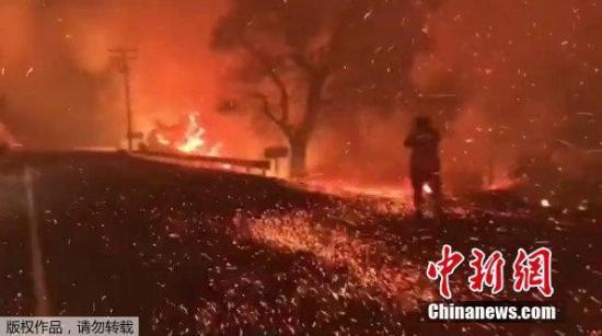 美国南加州火灾蔓延一人遇难 23万民众紧急撤离