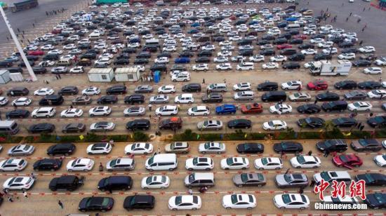 2月22日,航拍海口市新海港码头数千辆排队等待过海的滞留车辆。 中新社记者 骆云飞 摄