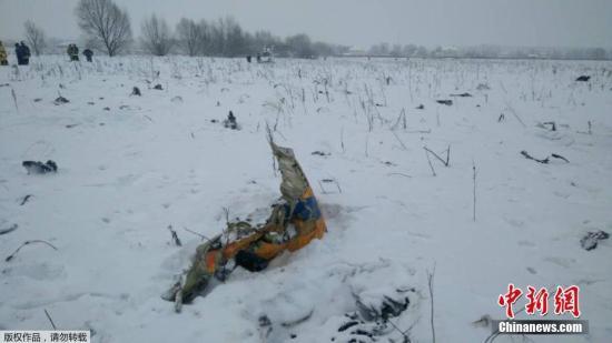 据塔斯社援引俄紧急情况部人士消息,当天该架飞机计划从莫斯科多莫杰多沃机场起飞,飞往奥尔斯科(Orsk)。飞机起飞后从雷达屏幕上消失。图为莫斯科郊外的雪原上散落的飞机残骸。