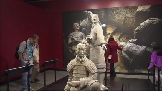 中国兵马俑在美国展出 兵俑手指被游客折断并偷走