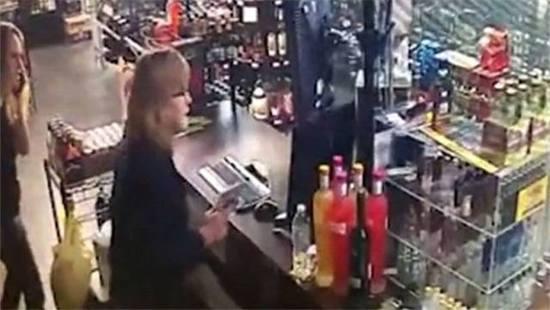 劫匪抢劫反遭母女取枪反击 身中数枪被迫