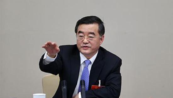 3月8日,黑龙江代表团举办开放日,全国人大代表、黑龙江省委书记张庆伟在回答记者提问。新京报 图