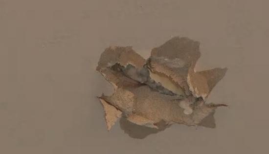 被流弹射穿的锅炉房天花板