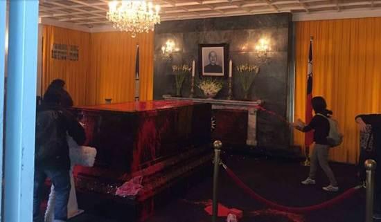 被泼撒红漆的蒋介石棺材 图片来自台湾论坛
