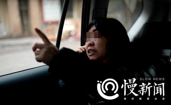 1月13日,重庆市渝中区解放碑附近,透过车窗看着街头,何某回忆不起地点细节。