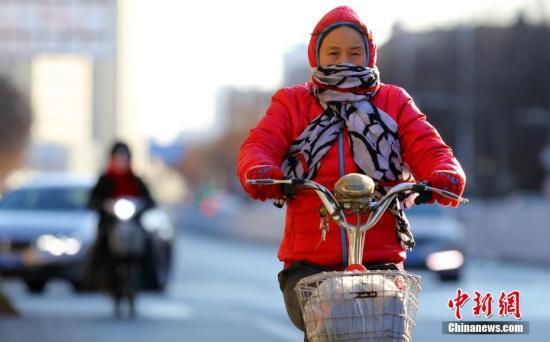 资料图:2月2日,北京民众在低温寒风中出行。 中新社记者 杨可佳 摄
