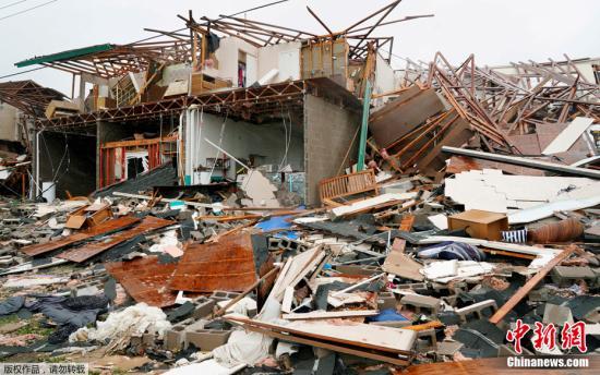 """资料图:当地时间2017年8月26日,美国得州Rockport,""""哈维""""造成一所公寓变成瓦砾碎片。"""
