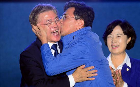 安熙正庆祝文在寅当选总统