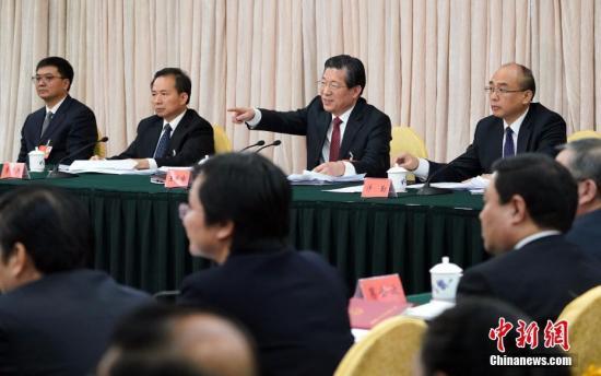 3月8日,十三届全国人大一次会议河北省代表团在北京举行全体会议。全国人大代表、河北省委书记王东峰(右二)与全国人大代表、省长许勤(右一)在会上回答记者提问。 中新社记者 毛建军 摄