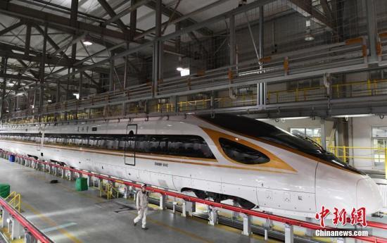 """2月23日晚,由兰州西开往广州南的G834次动车组列车在兰州西动车应用所停止检验,这是""""振兴号""""动车开进古丝绸之路重镇兰州加入的首个春运。 中新社记者 杨艳敏 摄"""
