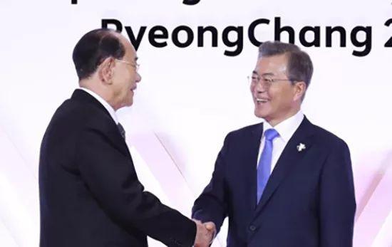 ▲2月10日,韓國總統文在寅在青瓦台會見朝鮮最高人民會議常任委員會委員長金永南。圖片來自新華社