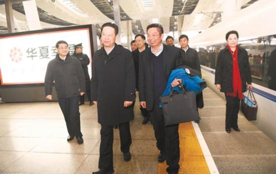 全国政协十三届一次会议前夕,住皖全国政协委员抵达北京,向大会报到。记者 吴文兵 摄