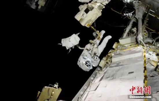 资料图:国际空间站的宇航员进行太空行走,更换了出现问题的机器手臂。